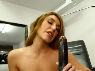 Hardbodied beauty gets so turned on at the gym